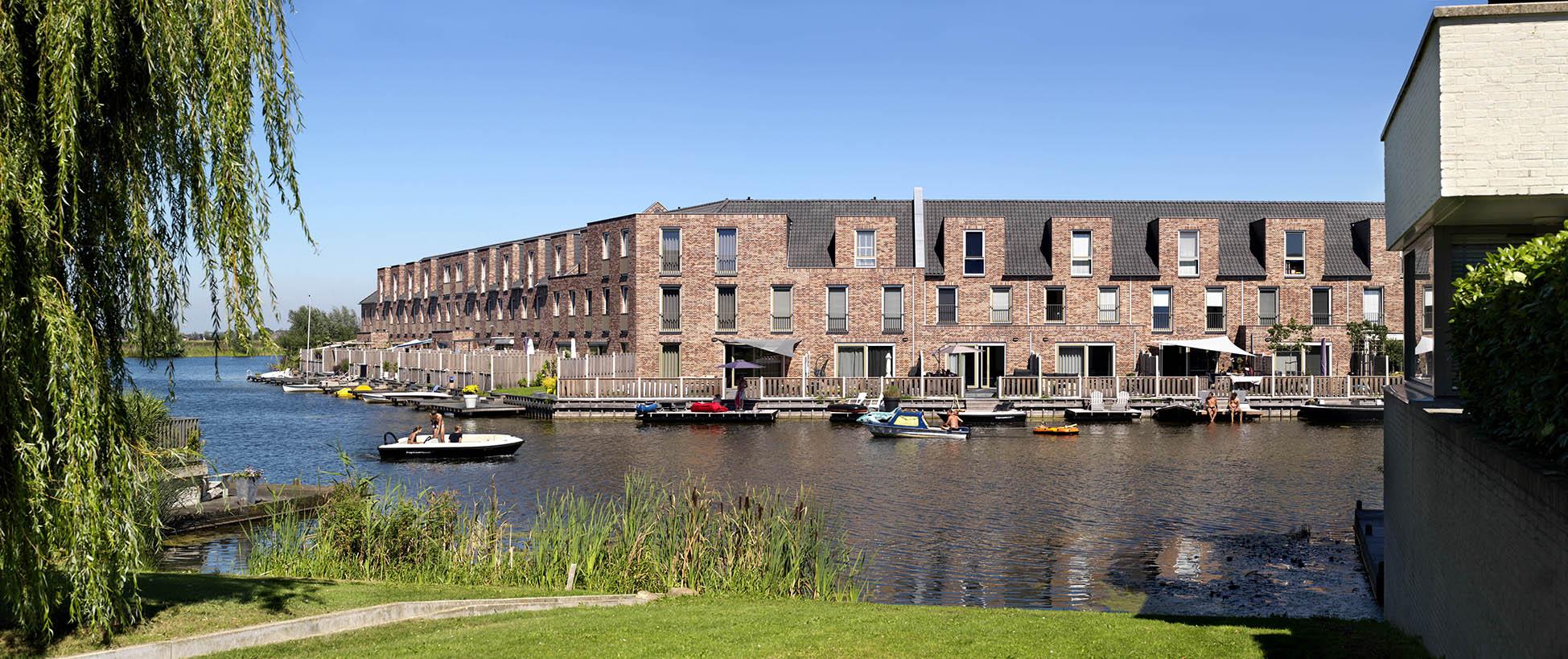 De Vlondertuinen Rosmalen uitzicht wooneiland met boten
