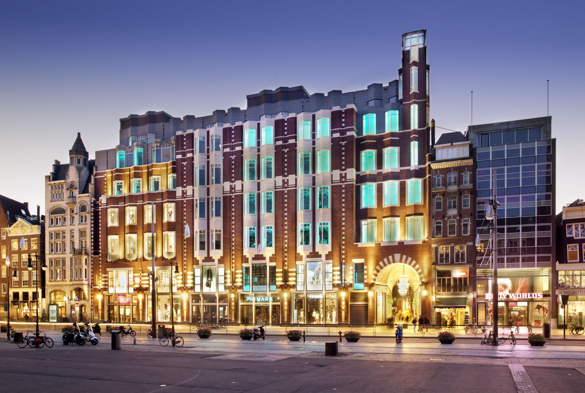 Beurspassage, Damrak, Nieuwendijk Amsterdam Damrak avond